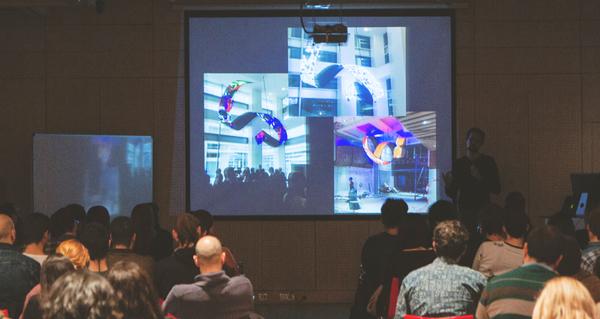 Daniel Canogar durante su charla en la que explicó su trabajo