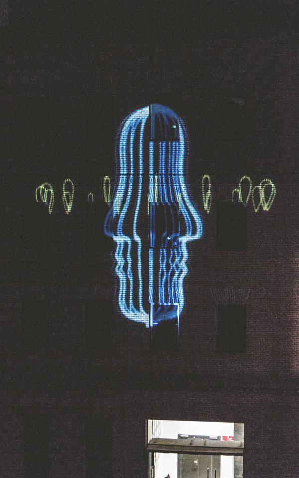 Una de las proyecciones sobre la fachada de un grupo de alumnos del Título Superior en Diseño de Interiores