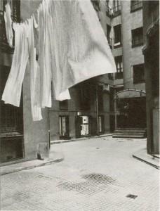 Patio de entrada al local de la galería en Claudio Coello, 43. Catálogo del Patio Herreriano, p. 102. Foto: Luis Pérez-Mínguez.