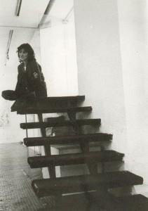 Mercedes Buades en las escaleras de entrada al local de la galería en Claudio Coello 43. Catálogo del Patio Herreriano, p. 106. Foto: Luis Pérez-Mínguez.
