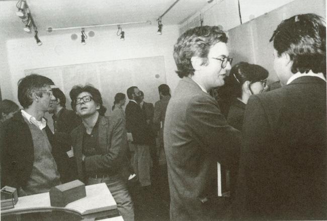Estanislao Pérez Pita, Ángel González, J.M. Bonet y Chiqui Abril (de espaldas) durante la inauguración de la exposición de Juan Navarro Baldeweg Pinturas y Piezas 1979-1980, 1980. Catálogo del Patio Herreriano, p. 59.