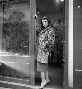 Iris Clert en la puerta de su galería