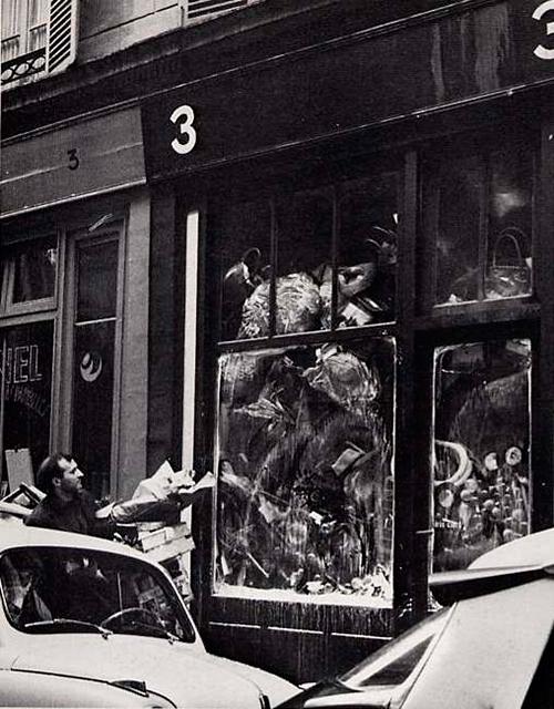 Vista exterior de la galería Iris Clert durante la exposición de Arman, Le Plein